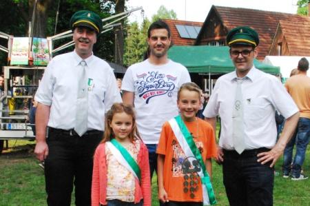 Jubiläumskönig Thorsten Asemann gratulierte neuem Kinderkönigspaar