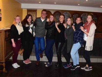 12 Mädels retten unseren Dorfkarneval