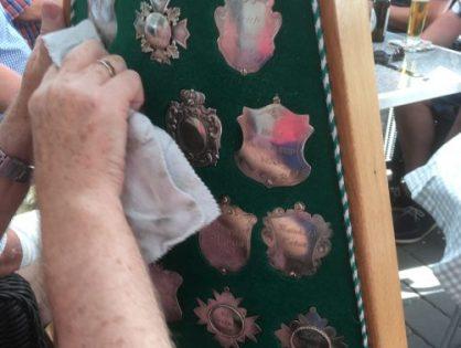 Schweißtreibendes Plaketten putzen bei 36 Grad
