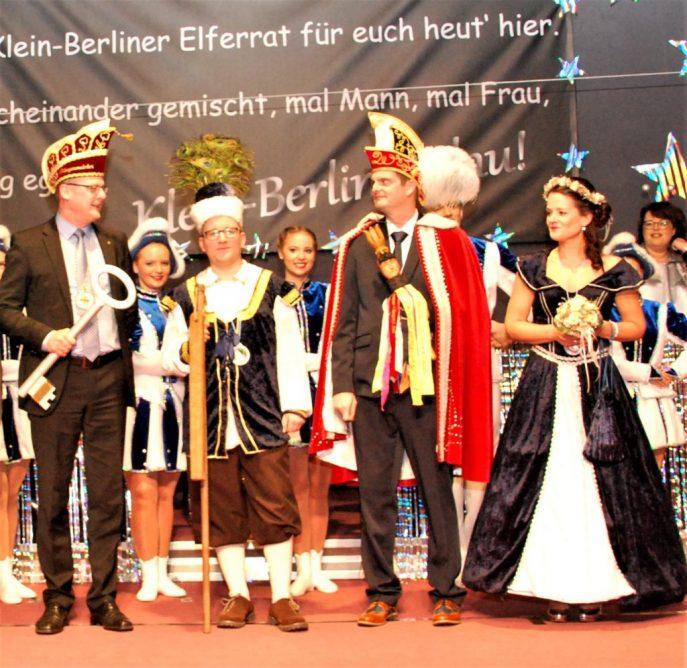 Bürgermeister Peter Lüttmann überreichte den Schlüssel an das Dreigestirn mit Bauer Tim, Prinz Christian und Jungfrau Anne