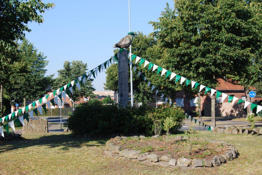 Kein Schützenfest im Dorf, aber dennoch erinnerte wie immer die eigenwillig und schützenfestlich geschmückte Meise auf dem Kreisel daran