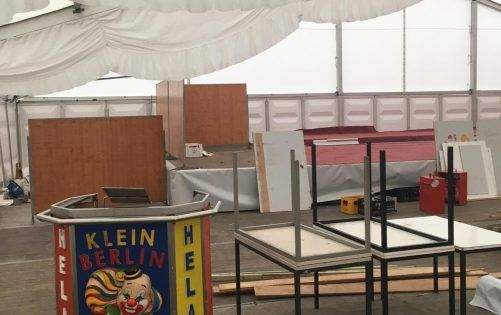 Der Aufbau des Karnevalszeltes hat begonnen!