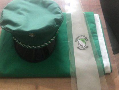 Neue Mützen, Fahnen und Krawatten...